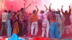Древният хиндуиски фестивал на цветовете Холи празнува победата на доброто над злото