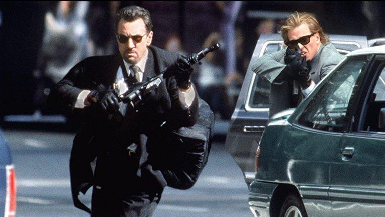 """""""Жега"""" - Обирът на банката  Драматичната десетминутна гонитба в култовия филм на Майкъл Ман с Робърт ДеНиро и Ал Пачино отнема цели шест седмици, за да бъде заснета, като всеки уикенд в този период централната част на Лос Анджелис е напълно затворена и превърната във военна зона. За да бъде всичко максимално реалистично са наети и командоси от британските SAS, които обучават в стрелба Де Ниро, Пачино, Килмър и целия състав, участващ в сцената.    Всъщност тази престрелка е толкова реалистично пресъздадена, че в следващите години се използва като учебен материал за обучението на зелени барети и морски пехотинци."""