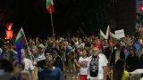 Кола опита да мине през блокадата при Румънското посолство