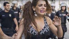 Според волята на някой садист трансексуалната Ханде Кадер - една от най-гласовитите поддръжнички на правата на ЛГБТ общността в Истанбул - не е просто убита, а и изгорена