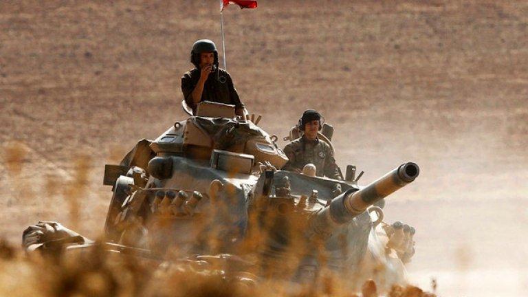 9. Турция На служба в турската армия са зачислени 710 565 души, от които 350 000 са на активна служба, а в резерв - 360 565 души. Тя разполага с общо 1056 самолета и вертолета. От тях 207 са изтребители, 207 щурмоваци, 445 транспортни самолета, 287 тренировъчни самолета, 475 хеликоптера, от които 54 са бойни. Към сухопътните сили на Турция се включват 2446 танка, 9031 бронирани бойни машини, 1108 самоходни артилерийски установки, 872 оръдия и 418 ракетни установки. Военноморските сили на Турция включват общо 194 кораба, като в тях се включват 16 фрегати, 10 корвети, 12 подводници, 34 патрулни кораба и 11 миночистачи. Бюджетът за отбрана на Турция възлиза на 10 200 000 000 долара.