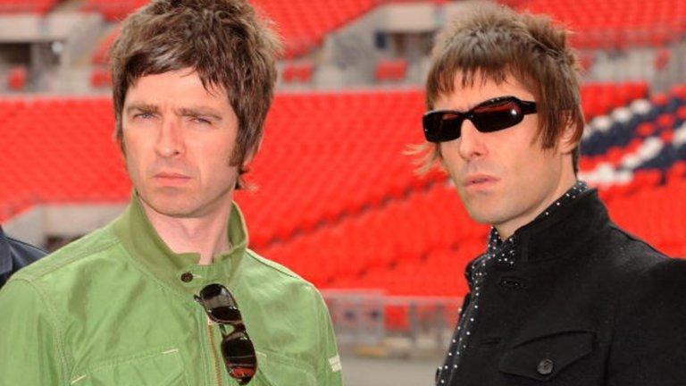 Лиъм и Ноуъл Галахър Това е и вечният въпрос - кой от двамата братя Галахър от британската банда Oasis е по-голям з....к? И двамата демонстрират огромно его с коментари относно собствените си музикални качества, колко велика банда е Oasis и т.н. Добавете към цялата тази история и фактът, че двамата се ненавиждат един друг, и всичко придобива завършен вид. А, да, на всичкото отгоре Лиъм има две извънбрачни дъщери, от които едната видя за пръв път тази година, а с другата все още не са се срещали. Момичетата са на по около 20-ина години вече.