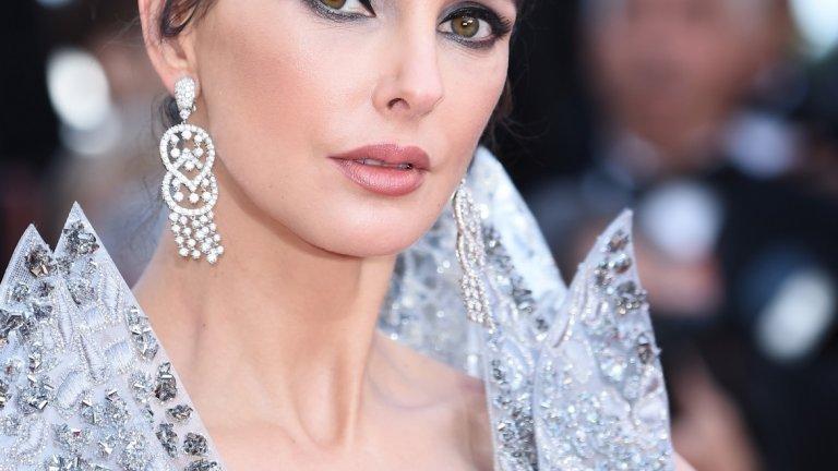 А ако роклята не може да привлече вниманието на гледащия, то това лице със сигурност ще успее.