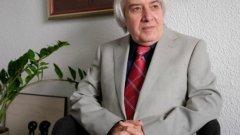 """Директорът на ПМГ """"Никола Обрешков"""" отне оборудването от школата на бившия си учител - номинирания за """"Мъж на годината"""" и """"Учител на годината"""" Теодосий Теодосиев-Тео. Според запознати, става дума за реваншизъм от страна на директора, който е бил посредствен ученик, но заема висок пост и има претенции към учителя, който преподава в училището"""