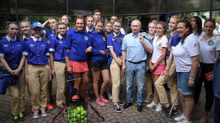 """Владимир Путин посети и детския лагер Артек в Крим, украинското външно министерство обяви посещението като """"нарушение на държавния суверенитет""""  Вижте в галерията снимки от визитата"""