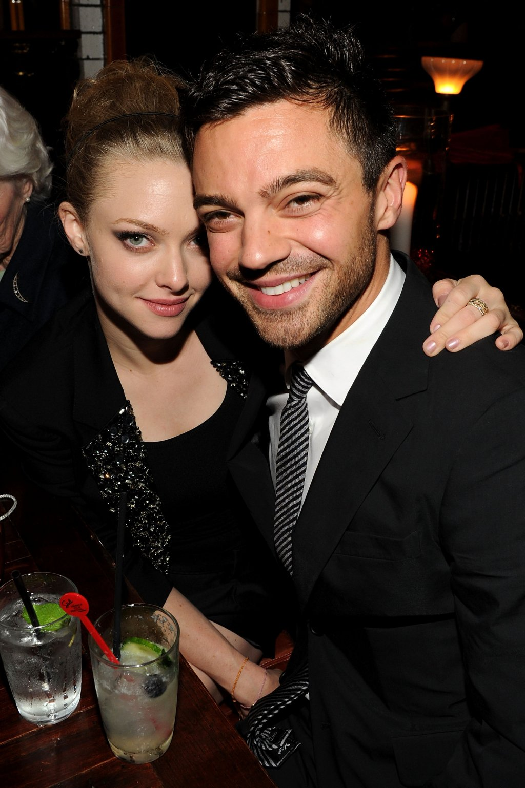 """Аманда Сайфред и Доминик Купър  Първият """"Mamma Mia!"""" събира двамата актьори не само на екрана, но и в реалния живот. Следват три години почти безоблачна любов, а таблоидите непрекъснато сгодяват и женят двойката на страниците си, макар че до такава сериозна стъпка така и не се стига. През 2011 г. Сайфред и Купър окончателно се разделят, а Аманда вече е влюбена в друг.   Актьорите започват съвместна работа през 2018 г., когато става ясно, че ще има """"Mamma Mia! 2"""". Продължението грабва сърцата на феновете, защото Сайфред и Купър изглеждат невероятно на екран и въпреки раздялата, изиграват перфектно ролите си на влюбени гълъбчета."""