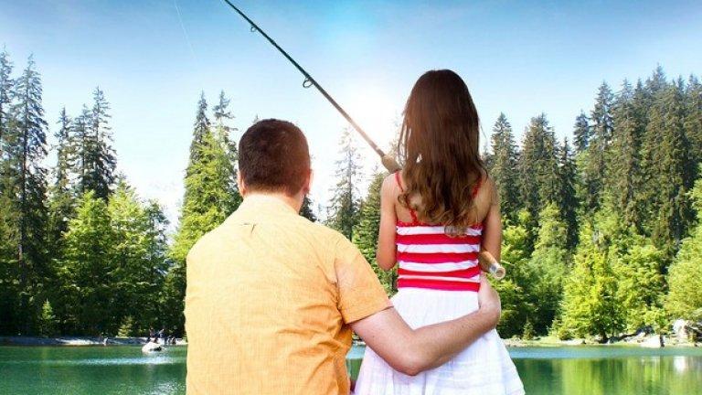 """Обезпокоителният начин, по който бащата е прегърнал дъщеря си, е допълнен от лозунга """"Бащината любов няма граници"""" в един твърде двусмислен постер. Не е ясно какво общо има риболовът, но този филм е предизвикал положителни отзиви и е със средна оценка 8/10 в iMDB!"""