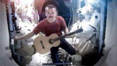 Space Oddity звучи много добре и в изпълнение на Крис Хедфийлд