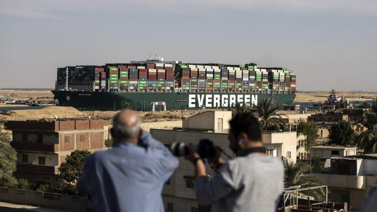 Блокирането на морския път от заседналия контейнеровоз Ever Given е струвало по 14-15 млн. долара