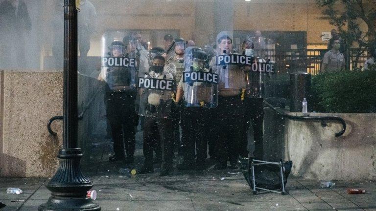 Двама полицаи са простреляни при протести в САЩ