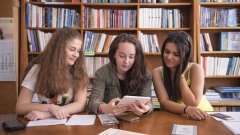 Общото между трите ученички е интересът им към ученето със Smart Classroom AR и вече придобитият опит в използване на приложението. Момичетата го сравняват с игра, при която, играейки, запомняш новата информация.