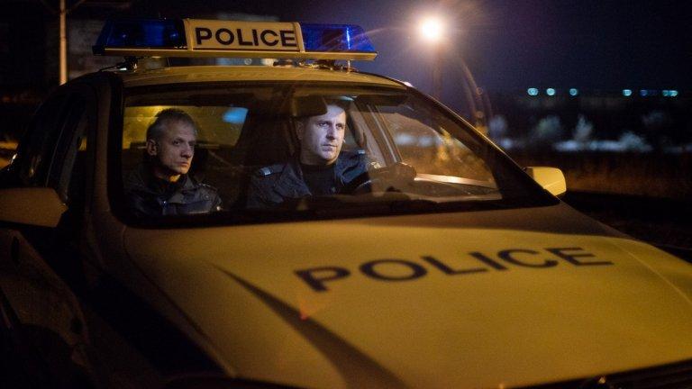 """В кръг   Това е вторият филм на Стефан Командарев от трилогията, която показва """"зад кулисите"""" живота на хора със стресиращи професии. В """"Посоки"""" на фокус бяха таксиметровите шофьори, а тук са полицаите, но общата идея е една – те са тези, които се сблъскват пряко с човешките драми и трагедии.   И тук за по-голяма автентичност епизодите във филма са снимани в един кадър. В ролите са някои от най-популярните имена на българското кино и театър, сред които Васил Василев-Зуека, Герасим Георгиев-Геро, Асен Блатечки, Иван Бърнев, Николай Урумов и Павел Поппандов.   """"В кръг"""" ще е по кината от 8 ноември."""