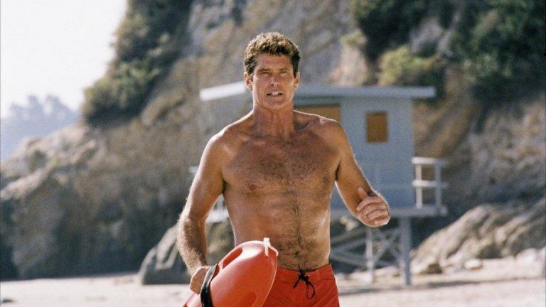 """Baywatch  По едно време Дуейн Джонсън - Скалата заслужено имаше славата на актьор, който може да съживява позавехнали франчайзи - като например """"Бързи и яростни"""" и """"Джуманджи"""". Със """"Спасители на плажа"""" обаче не се получи. Факт е, че оригиналният сериал с Дейвид Хаселхоф в един момент може и да е бил най-гледаното шоу в света, оцелявайки цели 11 сезона. Концепцията за спасителите на плажа, които се занимават с по-опасни и сложни задачи, отколкото постът им предполага, към последните сезони обаче е твърде изтъркана."""