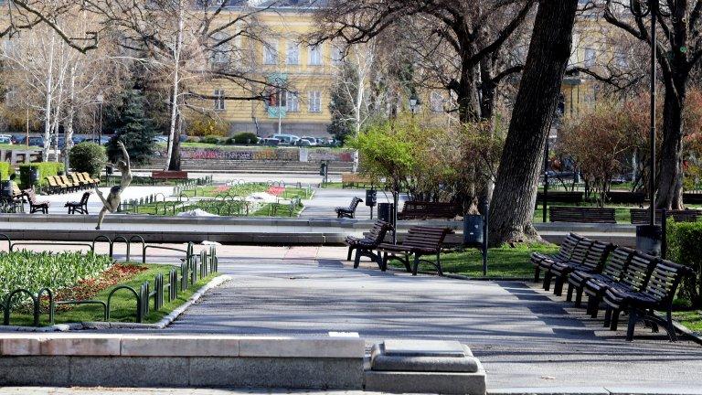 Градската градина в София също остана безлюдна, въпреки упорството на някои сънародници да спазват мерките за социална дистанция. Снимка от 6 април.