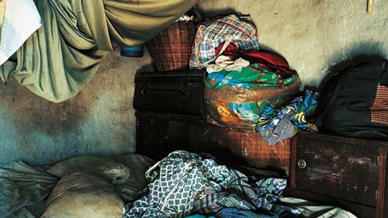 ... и леглото, на което спи това момче от Брега на Слоновата кост