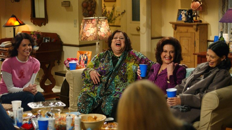 """""""Момичетата Гилмор"""" (Gilmore Girls) Сезони: 7 Епизоди: 153Ако говорим за семейни драми, това тук наистина е класика в жанра. След като тръгва на малък екран през 2000 г., сериалът за близките отношения между майка и дъщеря с 16 години разлика запазва място в телевизионната програма почти навсякъде (в България първо го купува БНТ, а след това GTV и Hallmark). През 2016 г. пък Netflix изненадаха феновете за Коледа с пускането на нов сезон 9 години след последния епизод, а ако сте пропуснали цялото вълнение около него, всички сезони стоят и ви чакат в стрийминг платформата."""