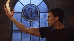 """Никълъс Кейдж като Призрачния ездач  Особеното тук е, че Кейдж практически сам се избира за ролята в двата Ghost Rider филма. Комиксов фен през целия си живот, той е сменил фамилията си на Кейдж отчасти повлиян от героя на Marvel Люк Кейдж. Именно популярността и страстта на актьора към проекта е причината """"Призрачен ездач"""" да бъде екранизиран, но и първата, и особено втората част, се причисляват към многото лоши филми, които Кейдж засне в последните години. Скован и неизразителен, той се показа като неспособен да вдъхне живот на ролята."""