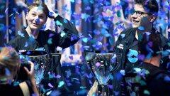 Един от победителите в отборния финал на Fortnite е Емил Бергквист Педерсен - на 16 г., родом от Норвегия. Освен купата той ще прибере и 1,5 милиона долара от наградния фонд.