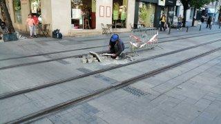 Два месеца след последните поправки по улицата, настилката около трамвайните релси се надигна