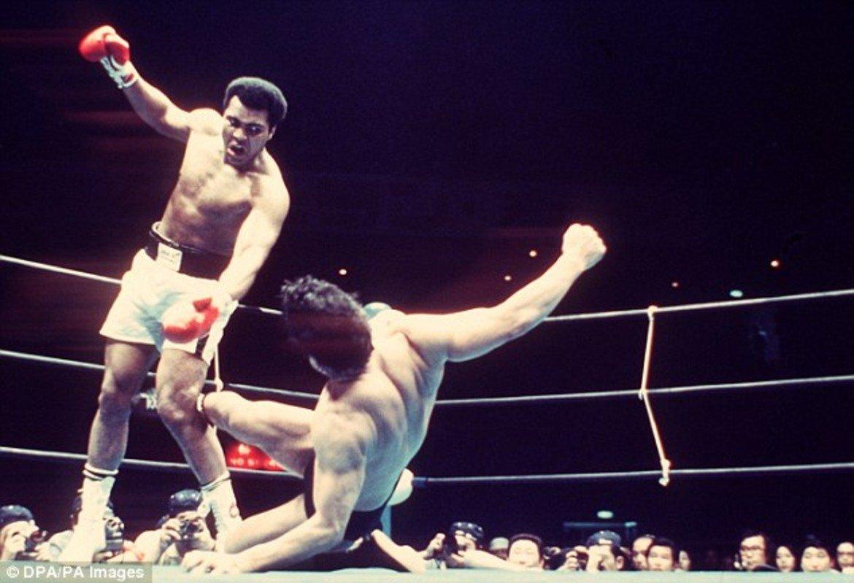 Иноки няма право да атакува и рита Али над коленете, а при ударите с крак единият му трябва задължително да е стъпил на пода.