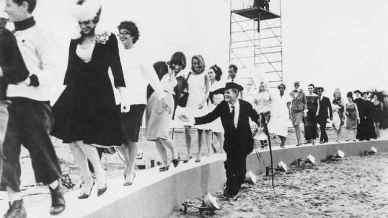 """""""Осем и половина""""  Грандиозният завършек на филмовото вълшебство """"Осем и половина"""" представя тържеството на живота през машината за въображение на Федерико Фелини.   Отчасти автобиографичен, филмът ни среща с алтер егото на Фелини – Марчело Мастрояни, в образа на невротичен кинорежисьор, който се бори с кризата на средната възраст и изглежда изчерпан откъм идеи и енергия по средата на работата по най-амбициозния си проект.   Финалът помирява личните ограничения и мечтания на Гуидо (Мастрояни), събира неговите родители, приятели, колеги, съпруга и любовници в хаотичен фестивал на поетичната интроспекция. Циркът от спомени и видения продължава триумфално. Защото трябва да се живее. По възможност – като във филма на Фелини."""