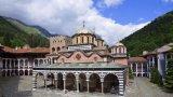 През лятото хиляди туристи се стичат към най-известния манастир в България.