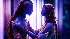"""Аватар   Компютърно-генерираният свят на Джеймс Камерън в """"Аватар"""" е толкова различен и толкова извънземен, че дори и любовната сцена е крайно необичайна. Оказва се, че на чудната планета Пандора нещата между двамата влюбени се случват на принципа """"plug and play"""".   Човекът в тяло на аватар - Джейк Съли, се събира с истинска на'ви в лицето на Нейтири и за да се насладят напълно на интимността си, те трябва да свържат дългите си плитки. Да не забравяме, че всичко това се случва в пурпурна гора, изпълнена с летящи медузи.   Сцената е неловка за гледане по редица причини, но в същото време след гледането на филма десетки зрители съобщават, че се чувстват депресирани, защото не могат да са като високите сини на'ви…"""