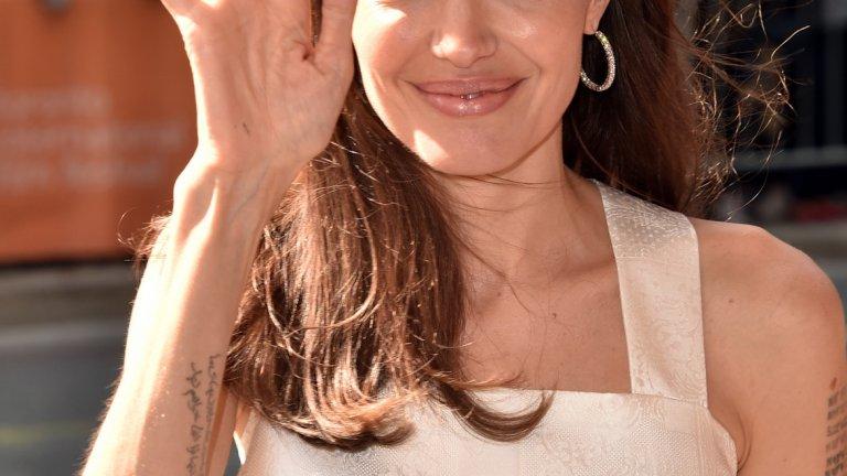 Анджелина Джоли   В случая вината не е изцяло на Джоли. Родителите й – режисьорът Джон Войт и майка й Маршелин Бертран – пускат слух, че в кръвта на децата им има и малко от гена на индианците чероки. Дълго време Анджелина отказва да разсее този слух, защото така максимално се разграничава от баща си, с когото по онова време има сложни взаимоотношения. А фактът, че няма нищо индианско в нея, далеч не й пречи на кариерата.
