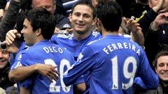 Франк Лампард получава поздравления от съотборниците си за един от четирите си гола срещу Астън Вила