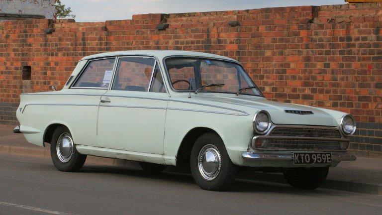 Ford Cortina от 1962 г.  Ford Cortina идва на пазара, за да замести Ford Consul в неговия ценови сегмент и се превръща в един от емблематичните автомобили на компанията. Той е удобен, бюджетен семеен седан, който привлича немалка част от британците да си купят кола на американска марка. Cortina прекратява производството си чак през 1982 г.