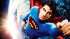 """""""Супермен се завръща""""    С бюджет от около 300 милиона долара и много проблеми и забавяния на снимките, този опит за вдъхване на нов живот на Супермен ще остане в историята като един от най-безличните и безвкусни извинения за глобални блокбастъри. Жалко за пропиляването на таланта на страхотния Кевин Спейси в ролята на архизлодея и основен антагонист на """"мъжа от стомана"""" Лекс Лутър.    В кожата и трикото на Супермен е Брандън Рут, който демонстрира харизмата и актьорския размах на третокурсник от НАТФИЗ, който се явява на кастинг за реклама на банков кредит. След този филм кариерата на Рут така и не се случи. Все пак """"Супермен се завръща"""" разполага с няколко зрелищни екшън сцени. Но са крайно недостатъчни."""