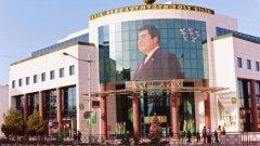 На Туркменистанска земя сме от 30 секунди, когато виждаме първия портрет на лидера Бердимухамедов...