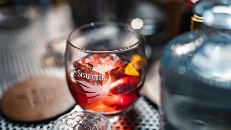 """""""Червената кука""""Този коктейл е изключително лесен и с приятен черешов вкус. За една чаша ви трябват 100 милилитра хубаво уиски, по възможност – ръжено, и около 30-40 милилитра от сока на коктейлните череши. Няма нужда да минавате сместа през шейкър, можете просто да я налеете в ниска чаша и да разбъркате енергично. Добавяте лед и украса от коктейлни череши, а за още по-сладникав вкус можете да капнете и малко вермут."""