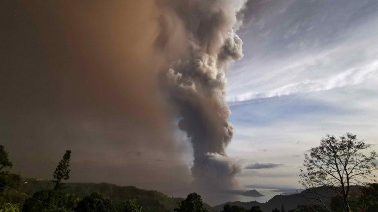 Хиляди евакуирани заради изиграващ вулкан във Филипините