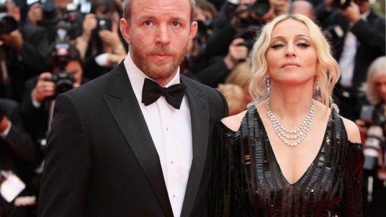 """Гай Ричи и Мадона  Британският режисьор Гай Ричи и певицата Мадона бяха заедно 8 години, след което се разведоха през 2008-ма, в следствие на което той успя да напълни джобовете си с 90 млн. долара. Това донесе на режисьора славата на """"златотърсач"""", особено след като Мадж го обвини, че всъщност никога не я е обичал и никога не е изразходил и стотинка от собствения си джоб за децата. Всъщност Гай Ричи се беше зарекъл да се пребори за половината от богатството на певицата. Успя само отчасти."""
