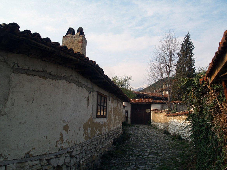 """Градът е дом и на пет музея – Регионалният исторически музей, къщите на """"Хаджи Димитър"""", """"Добри Чинтулов"""", музеят на текстилната индустрия и къщата музей на сливенския градски бит от XIX век.   Дом е и на шест храма, три галерии, читалища и културни домове, тоест имате огромен избор, ако целта на пътуването ви е културно и историческо обогатяване. Не пропускайте и разкошните паркове """"Хамам баир"""" и """"Карандила"""" (част от който е великолепният комплекс """"Сините камъни"""").   Снимка: Wikimedia/Edal Anton Lefterov"""