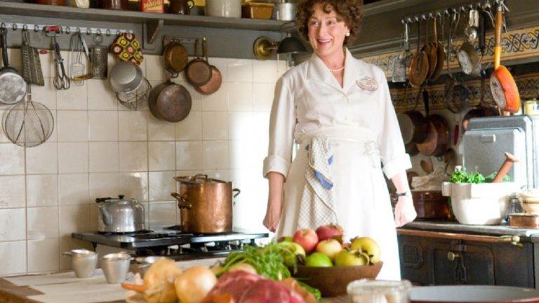"""""""Джули и Джулия"""" (Julie and Julia) Ейми Адамс е Джули – любителка на кулинарията, за която готвенето на засукани ястия е бягство от реалността. Мерил Стрийп пък е легендата на готвенето Джулия Чайлд, за която суперлативите са излишни. В опит да започне ново хоби, Джули решава да сготви всички рецепти от дебелата книга на Чайлд. Пред какви предизвикателства е преминала една от най-популярните водещи на кулинарни предавания и какво ще научи за себе си Джули – ще видите в един удивително ведър и оптимистичен филм."""