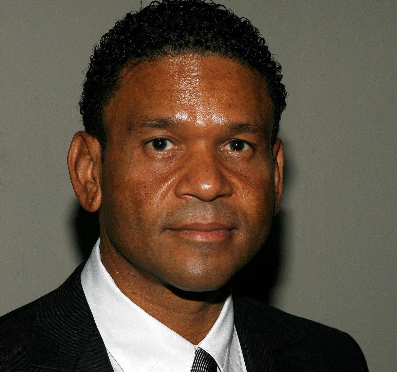 """Бени Медина - Продуцентът Бени Медина, мениджър на звезди като Дженифър Лопез, Марая Кери и Уил Смит, беше обвинен на 10 ноември в това, че е опитал да изнасили млад актьор през 2008 г. Джейсън Дотли разказва, че е бил нападнат от продуцента в имението на Медина в Ел Ей. 59-годишният Медина го хванал за врата, притиснал го към легло и го целунал. Дотли показал брачната си халка и помолил Медина да спре, но това не станало. Тогава приятел на Дотли, който по това време бил на басейна, за да поплува, се намесил и измъкнал актьора. Дни по-късно Медина видял Дотли и съпруга му в ресторант, след което пратил на актьора съобщение - """"Това ли е съпругът, когото трябва да убия, за да те имам?"""". Адвокатите на Медина отричат обвиненията."""