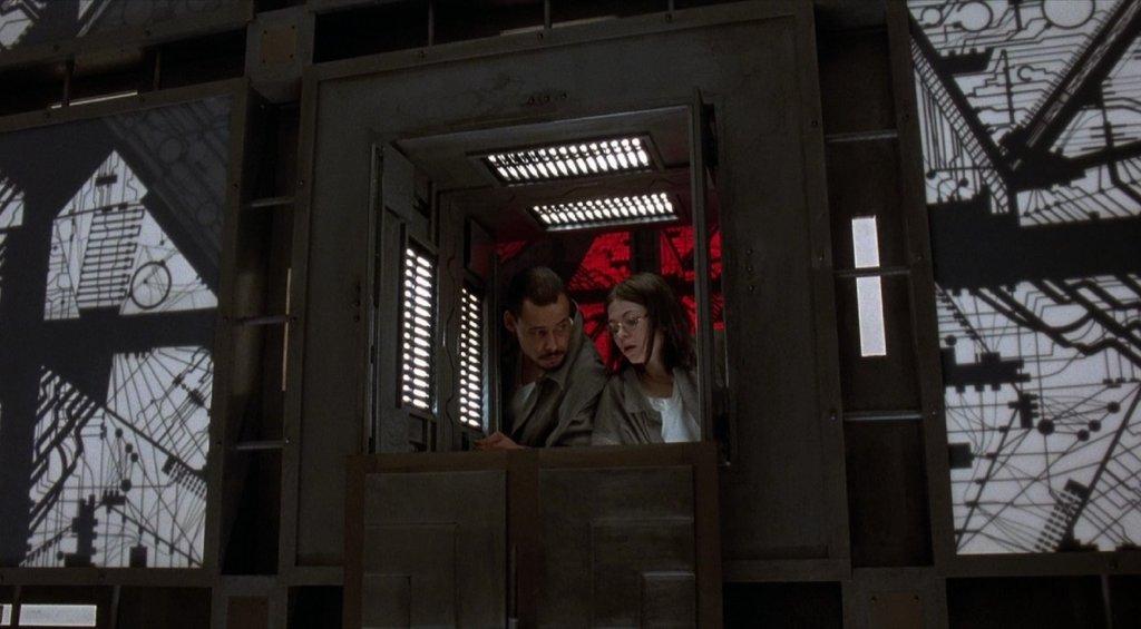 """""""Кубът на страха"""" (The Cube)Канадският научнофантастичен трилър на Винченцо Натали събира шестима напълно непознати, които внезапно се будят в различни стаи с формата на куб. Оказва се, че се намират в безкраен лабиринт, от който не само няма изход, но и някои стаи в него са последното, което хората виждат, ако влязат вътре."""