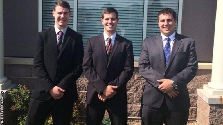 Зак Йистър (в центъра) с двамата си братя