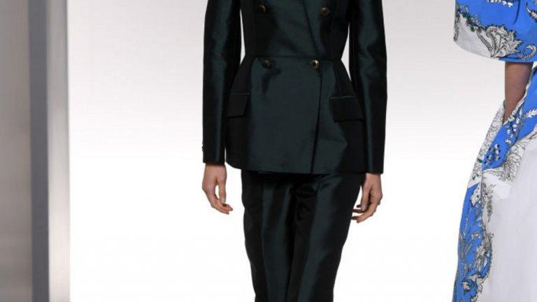 Бизнес бермуди  Ако мисълта за късите панталони не ви се нрави, може да посрещнете по-добре идеята за т.нар. бермуди.   На снимката: модел на Givenchy