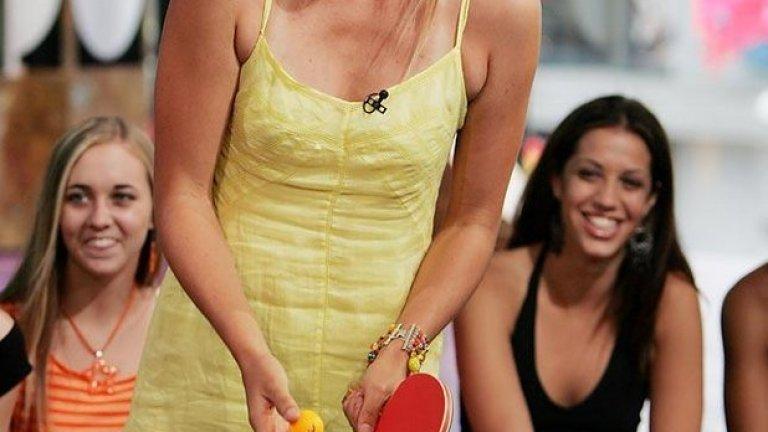 Шарапова играе тенис на маса по време на MTV's Total Request Live през 2004 г.
