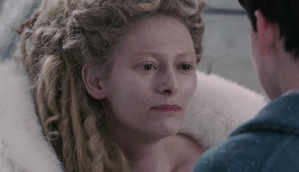 """Бялата вещица (""""Хрониките на Нарния: Лъвът, Вещицата и дрешникът"""") Изиграна от: Тилда СуинтънВсеки владетел, който е докарал дългогодишна зима (но без Коледа) на поданиците си, е лош по подразбиране. Бялата вещица е направила точно това в измисленото кралство Нарния. Тя е узурпатор, който разчита на тайна полиция от вълци и на други зли същества, за да крепят властта ѝ. Сама си дава редица титли, което показва комплекс за малоценност. Нормално е всички с нетърпение да чакат сбъдването на пророчеството, което ще сложи край на управлението ѝ, нали така?"""