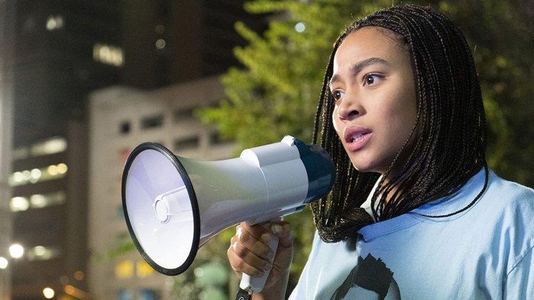 """The Hate You Give (2018)Платформа: HBO Go, Hulu, Amazon PrimeСтар Картър живее между два свята: вечер тя се прибира в бедния квартал с чернокожи семейства, а сутрин отива в частно училище при предимно бели деца с възможности. Неспокойният баланс между тези светове обаче се нарушава, когато Стар вижда как полицията прострелва нейния приятел от детството Халил. Изправена пред натиск, Стар трябва да реши дали да свидетелства рамо до рамо с цялата чернокожа общност, с което обаче ще прекрачи един от своите принципи - да живее сякаш има """"черно-бяла"""" идентичност, а расизмът и неравенството въобще не съществуват."""