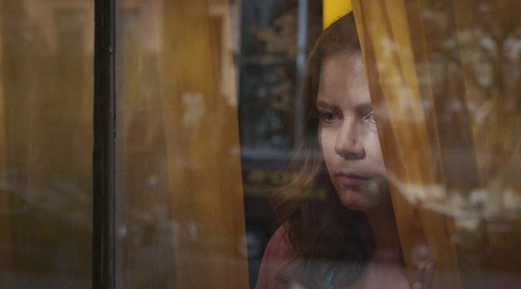 """""""Жената на прозореца""""Романът на Ей Джей Фин оживява на екрана благодарение на режисьора Джо Райт (""""Най-мрачният час"""", """"Гордост и предразсъдъци""""). В главната роля влиза Ейми Адамс, която играе жена с болезнен страх от открити пространства. След като става неволен свидетел на чудовищно престъпление, тя и страховете ѝ са изправени пред сложна дилема. Филмът очаква присъдата дали ще тръгне по кината (ако те отворят врати), или директно ще се появи в стрийминг платформите."""