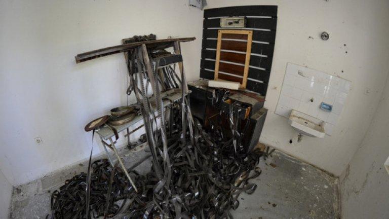 Лентите са се вкопчили в предметите на изоставената гримьорна, сякаш са пипалата на чудовищен октопод