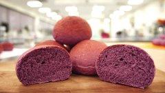 Богат на антиоксиданти, предпазващи от рак, с 20% по-бавно разградим от обикновения бял хляб и създаден изцяло от естествени съставки, лилавият хляб може да се окаже първата суперхрана в света на тестените изделия (ГАЛЕРИЯ)