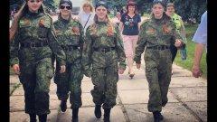 Младежки отряди от съветски тип властват в Източна Украйна. Някои от тях се състоят от само от момичета