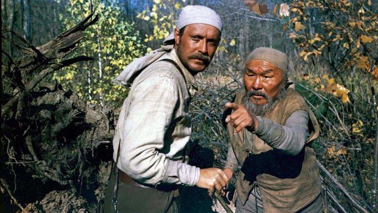 """Дерсу Узала   Продукцията на Акира Куросава от 1975 г. е екранизация по едноименния роман на Владимир Арсениев и е носител на наградата """"Оскар"""" за чуждоезичен филм. Млад царски офицер е изпратен на изследователска мисия в сибирската тайга, където се запознава с възрастен ловец от местното племе. Това е сблъсък на два напълно различни свята, от който обаче се заражда истинско приятелство, което ще продължи до смъртта на стареца.  Куросава успява по невероятен начин да представи вездесъщата природа на тундрата, а на нейния фон персонажите успяват да общуват дори и чрез мълчанието си. """"Дерсу Узала"""" е и дълбоко разсъждение по темата каква е връзката на човека със заобикалящия го свят и може ли той с лекота да бъде откъснат от корените си.   Филмът можете да гледате на 7 ноември в кино """"Люмиер Лидл""""."""