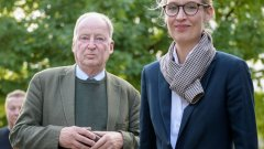 """Александер Гауланд и Алис Вайдел са т.нар. Spitzenkandidaten (водещи кандидати) на популистката """"Алтернатива за Германия"""", първата крайно-дясна партия, която успя да си проправи път до Бундестага от 1961 г. насам"""